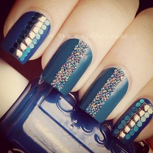 Синий дизайн ногтей с бульонками