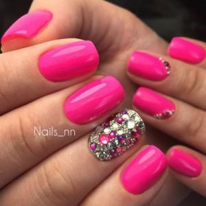 Яркий розовый маникюр фото