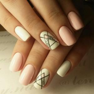 Геометрический рисунок на коротких ногтях