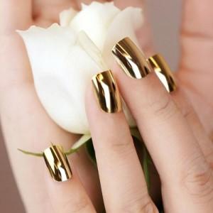 Золотой маникюр на короткие ногти