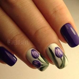 Фиолетовый маникюр с тюльпанами